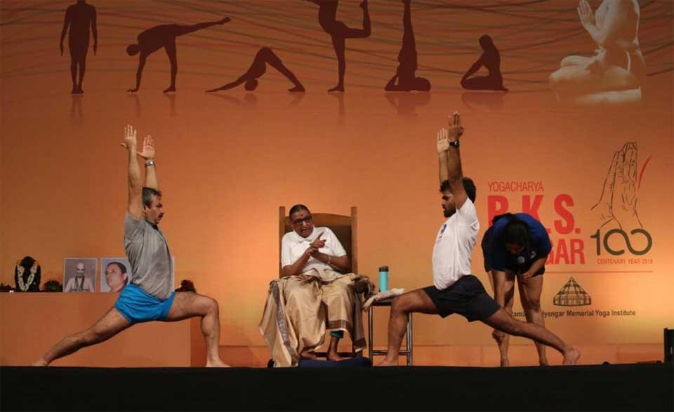 Uday Bhosale on stage with Geetaji at Yoganusanam 2018
